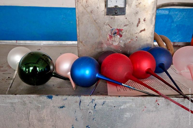 Посмотрите на разницу. Сверкающие шарики изнутри покрыты слоем серебра, а матовые — нет. Фото: holy-mozart.livejournal.com