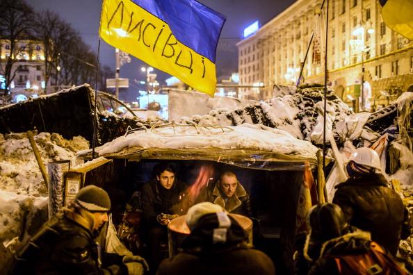 За ночь в центре Киева увеличилось число баррикад. Фото: Brendan Hoffman/Getty Images