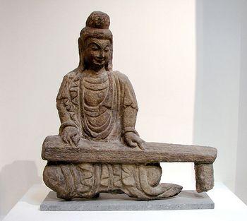 Будда, играющий на цине. Каменная статуэтка относится к периоду династии Северная Вэй (386-534 гг. н.э.). Фото с wikipedia.org