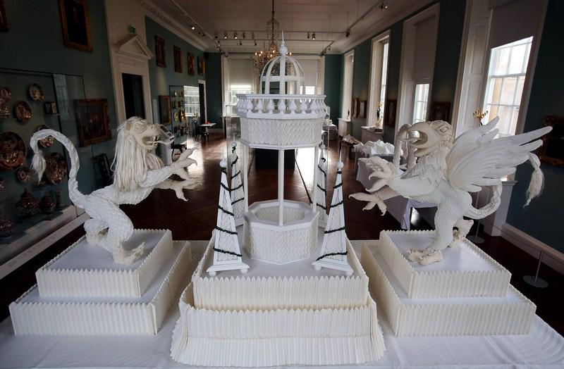 Бат, Англія, 31 січня. У музеї мистецтв Хольбурна відкрилася виставка художника Джоана Слоуна «Складена краса: лляні шедеври». На фото — фонтан заввишки 1,5 метра. Фото: Matt Cardy/Getty Images