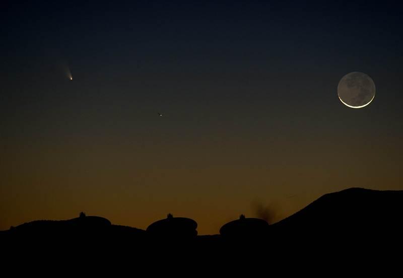 Магдалена, штат Нью-Мексико, США, 13 марта. Комета Панстаррс (слева), обнаруженная в июне 2011 года, видна в небе северного полушария над антеннами радиотелескопа VLA. Фото: STAN HONDA/AFP/Getty Images