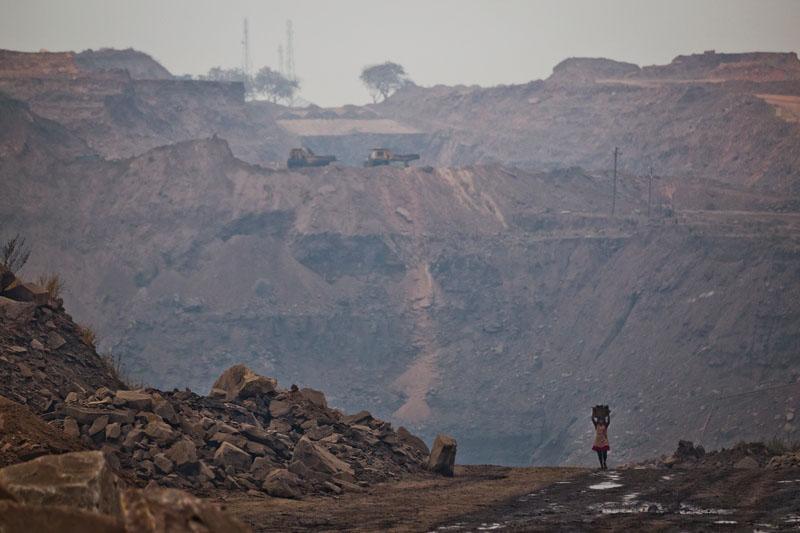 Девушка несёт корзину с углём. Фото: Daniel Berehulak/Getty Images