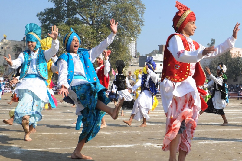 Индийская молодежь выполняет традиционный народный танец панджаби «Бхангра», Амритсар. Фото: NARINDER NANU/AFP/Getty Images