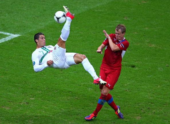 Криштиану Роналдо (Португалия) бьет ударом через себя, 21июня, Польша. Фото: Michael Steele/Getty Images