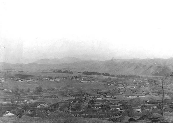 Будинки та зерносховища жителів рівнини. Китай часів династії Цін. Фото: William Purdom