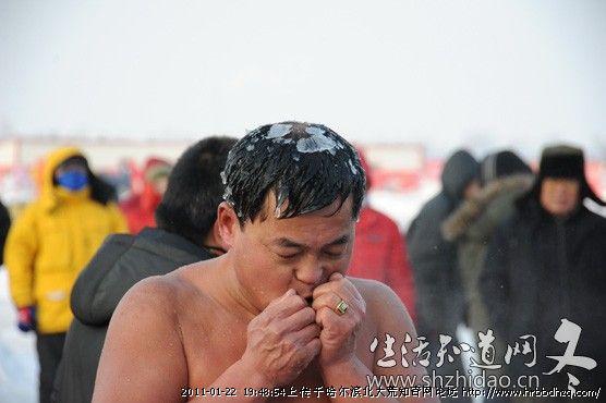 Китайський «морж» вилив на себе 90 відер води на морозі -20°C. Фото з hrbbdhzq.com
