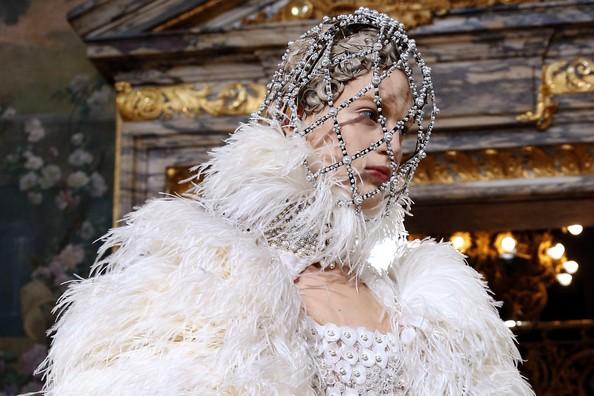 Новая коллекция осень-зима 2013/14 от Alexander McQueen. Фото: FRANCOIS GUILLOT/AFP/Getty Images