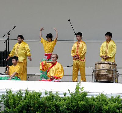 Творческий коллектив «Лотос» и Небесный оркестр участвуют в мероприятиях Fiesta Week в г.Ошава провинции Онтарио. Фото: Сунь Тайли/ The Epoch Times