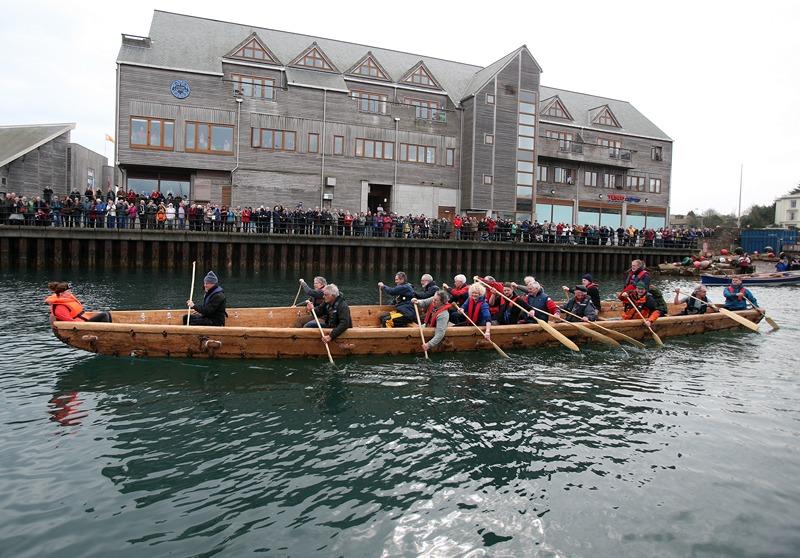 Фалмут, Великобритания, 6 марта. Сотрудники Морского музея построили точную копию лодок, на которых плавали торговцы 4 тыс. лет тому назад. Фото: Matt Cardy/Getty Images
