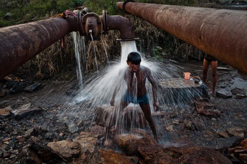 Местные жители моются после трудового дня. Фото: Daniel Berehulak/Getty Images