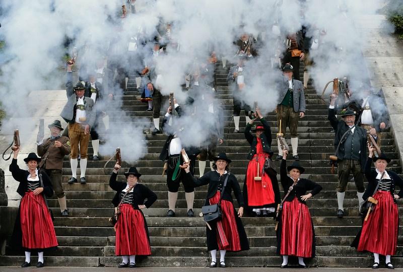 Мюнхен, Германия, 7 октября. Салютом из специальных пистолетов члены ассоциации баварских стрелков официально закрывают Октоберфест. Фото: Johannes Simon/Getty Images