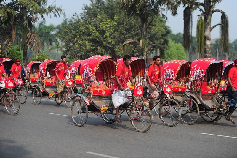 Дакка, Бангладеш, 15 марта. Гонки рикш проходят на фестивале рикш, организованном олимпийской ассоциацией страны совместно с японским посольством. Фото: MUNIR UZ ZAMAN/AFP/Getty Images