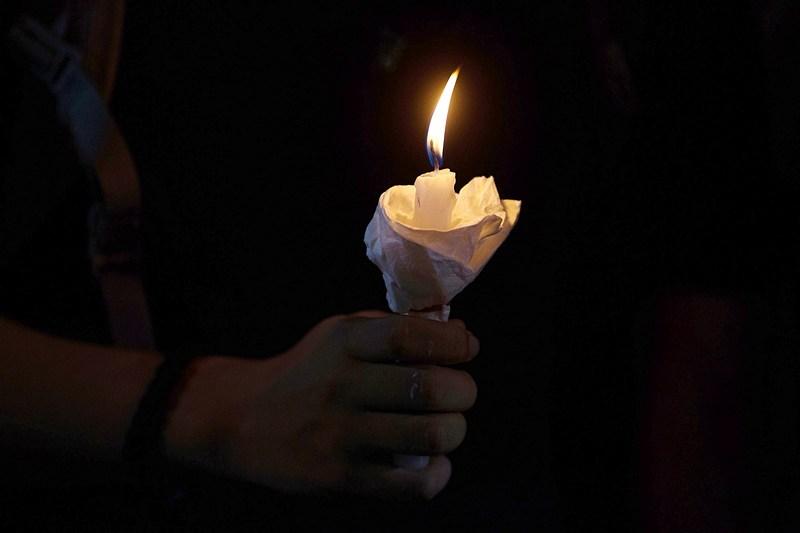 Гонконг, 4 июня. Горожане зажгли свечи в память о жертвах трагедии на площади Тяньаньмэнь в Пекине, случившейся в июне 1989 года. Фото: Lam Yik Fei/Getty Images