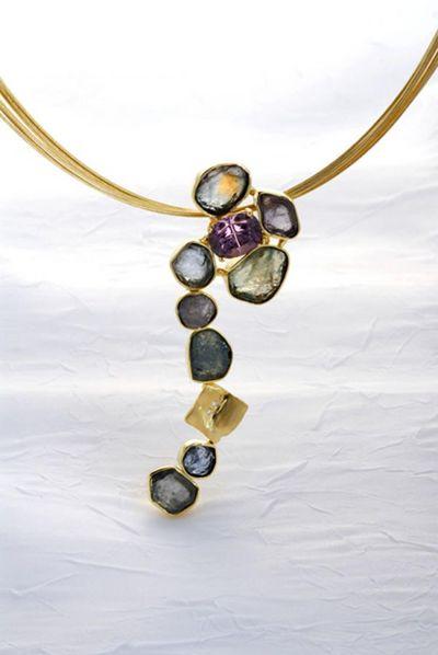 Струящийся ручей из гемм: золотая подвеска с не ограненными сапфирами. Фото: www.widmandesign.com