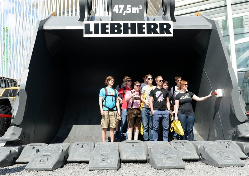 Мюнхен, Німеччина, 18 квітня. Відвідувачі 30-ї міжнародної виставки гірничої та дорожньо-будівельної техніки позують для фото в ковші гігантського екскаватора. Фото: CHRISTOF STACHE/AFP/Getty Images