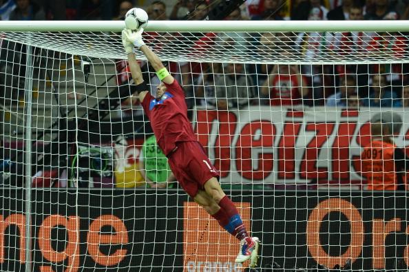Луиджи Буффон (Италия) спасает свои ворота в матче с Германией 28июня в Польше. Фото: FRANCISCO LEONG/AFP/Getty Images