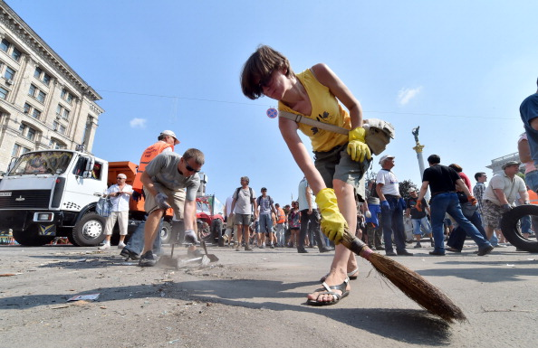 Прибирання Майдану 9 серпня 2014 року. Фото: SERGEI SUPINSKY/AFP/Getty Images
