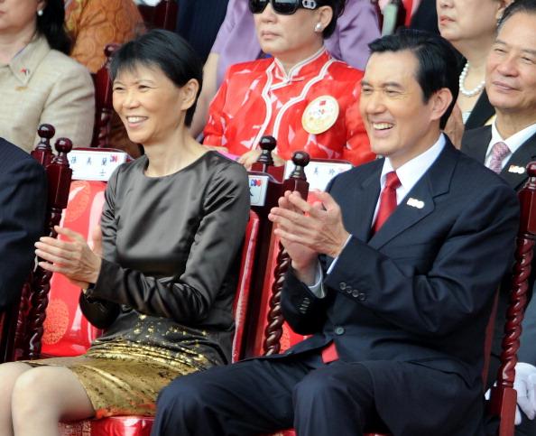 Президент Тайваня Ма Инцзю с супругой на торжествах по случаю годовщины 100-летия Синьхайской революции в Тайбэе. Фото: Sam Yeh/AFP/Getty Images