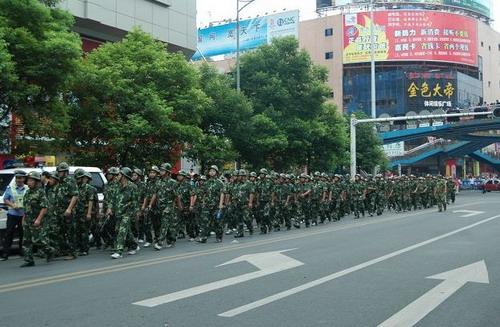 Дополнительный полицейский отряд, присланный из соседнего города. Фото: С сайта epochtimes.com
