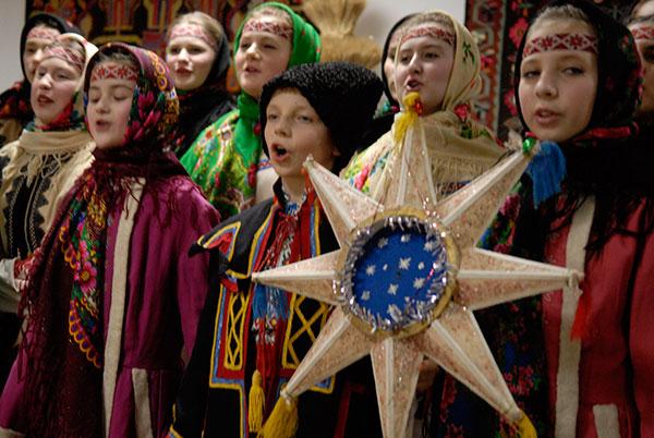 Детский фольклорный коллектив исполняет колядки во время Всеукраинского детского фольклорного фестиваля «Орели» в Музее Ивана Гончара в Киеве 9 января 2010 года. Фото: Владимир Бородин/The Epoch Times