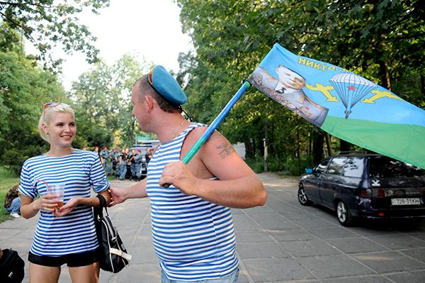 Десантники отмечают 80-ю годовщину ВДВ в гидропарке в Киеве 2 августа 2010 года. Фото: Владимир Бородин/The Epoch Times