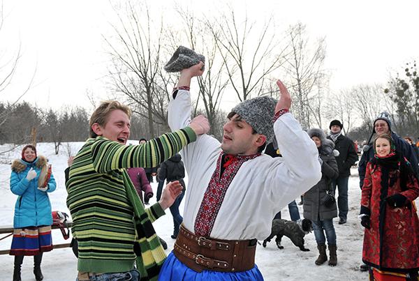 Казацкая забава снять шапку с головы соперника одной рукой, вторая при этом находится за спиной. Победителю наливали стаканчик медовухи. Фото: Владимир Бородин/The Epoch Times Украина