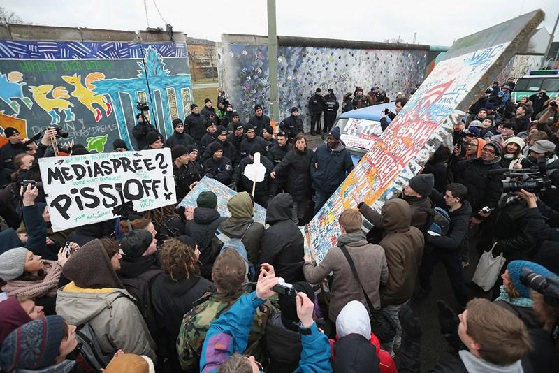 Берлин, Германия, 1 марта. Жители протестуют против сноса остатков «Берлинской стены». Фото: Sean Gallup/Getty Images