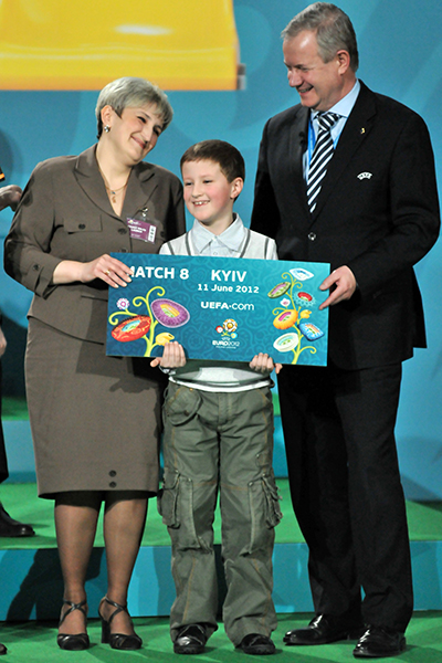 Член Исполнительного комитета УЕФА Франтишек Лауринца вручает сертификат первому обладателю билетов на Евро-2012. Фото: Владимир Бородин/The Epoch Times Украина
