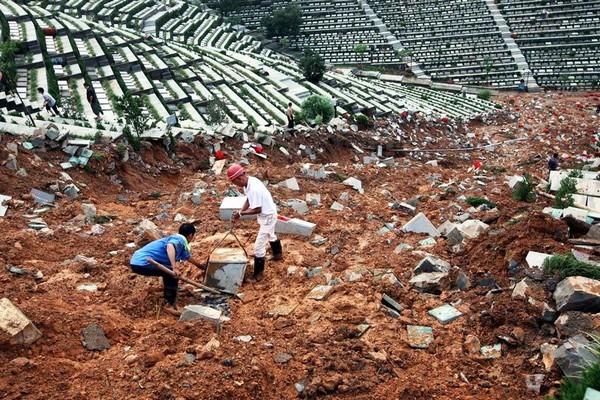 Оползень разрушил сотни могил на горе-кладбище. Провинции Чжэцзян. Сентябрь 2010 год. Фото с kanzhongguo.com