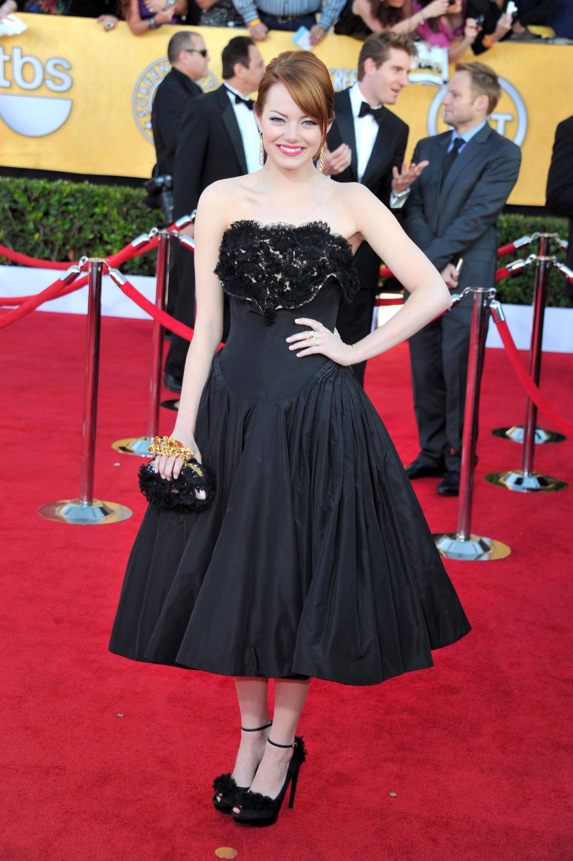 Эмма Стоун в коктельном платье от Alexander McQueen. Фото: Alberto E. Rodriguez/Getty Images