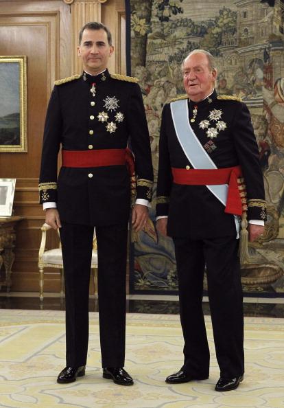 Новий король Іспанії Феліпе VI та його батько Хуан Карлос І, які зрікся престолу на користь сина. Фото: Zipi /EFE - Pool Getty Images