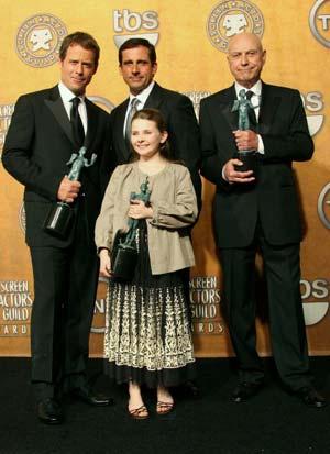 В номинации *За лучший актерский ансамбль в кинофильме* - *Маленкая мисс Счастье* (Little Miss Sunshine ); победили (слева направо) Грек Киннеар (Greg Kinnear), Стив Карелл (Steve Carell), Алан Аркин (Alan Arkin) и актриса Эбигейл Бреслин (Abigail Breslin