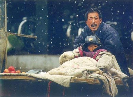 Жить и поддерживать друг друга в тяжелое время. Снят апреля 2003 г. в овощном рынке Синхуа, в городе ЦиФэнь. Фото: Ань Хэцзе