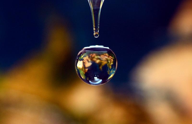 Марсель, Франція, 20 березня. Карта Землі відбивається в краплі води — через два дні в світі відзначатимуть день чистої води. Фото: GERARD JULIEN/AFP/Getty Images