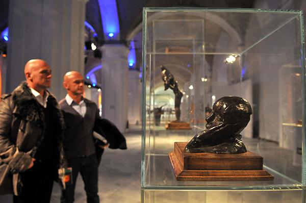 Мужчины рассматривают скульптуру Эдгара Дега Портрет, голова оперевшаяся на руку на Большом скульптурном салоне в Киеве 17 февраля 2011 года. Фото: Владимир Бородин/The Epoch Times Украина