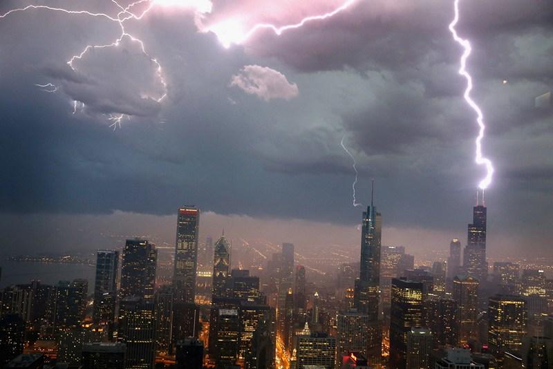 Чикаго, США, 12 июня. Молния попадает в небоскрёб Уиллис-тауэр. Проливные дожди с сильным ветром, градом и смерчами обрушились на западное побережье страны. Фото: Scott Olson/Getty Images
