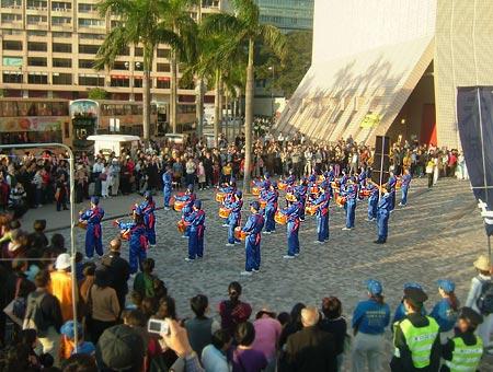 Барабанщики, участвующие в шествии, выбивают барабанную дробь. Фото: Великая Эпоха