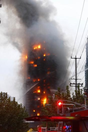 В результате пожара погибло более 50 человек. Шанхай. Ноябрь 2010 год. Фото с epochtimes.com