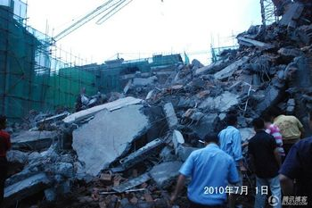 Новобудова, що завалилася. Провінція Сичуань. Китай. 1 липня 2010 р. Фото kanzhongguo.com
