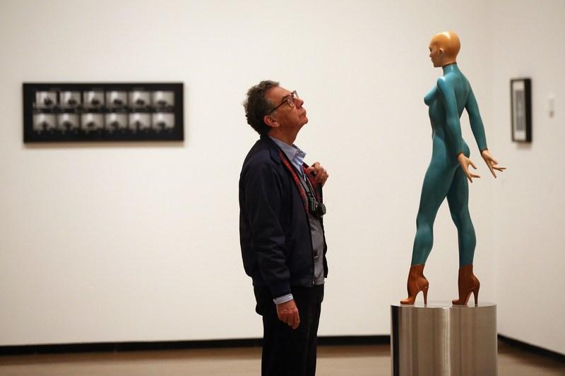 Лондон, Англия, 2 октября. Посетитель Королевской академии искусств рассматривает скульптуру Аллена Джонса «Чаровница» на выставке «Королевская академия сегодня». Фото: Oli Scarff/Getty Images