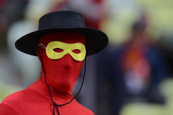 Испанский болельщик в костюме «Zorro» во время матча Испании против Ирландии 14 июня 2012 года, Арена Гданьск. Фото: Christof Stache/AFP/Getty Images