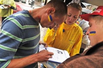 Сбор подписей, инициированный последователями Фалуньгун в Украине под петицией за освобождение Ли Юйшу, которую пытают в китайской тюрьме. Фото: Владимир Бородин/The Epoch Times Украина