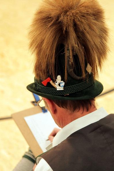 Журі за роботою. Конкурс баварського народного танцю «Шуплаттлер» у фольклорному осередку м. Вайльхайм, Німеччина. Фото: Johannes Simon/Getty Images