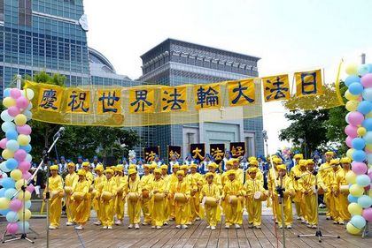Юные последователи Фалуньгун играют на китайских барабанах. Фото: Тан Бин/ The Epoch Times