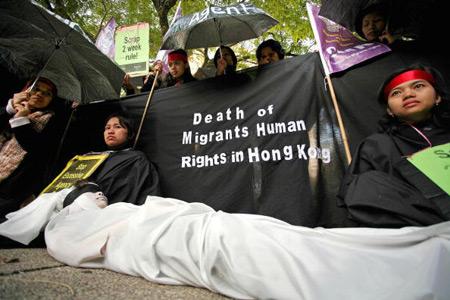 Тисячі іноземних дівчат і азіатських мігрантів провели демонстрацію в бізнес-центрі Гонконгу. Фото: SAMANTHA SIN/AFP/Getty Images