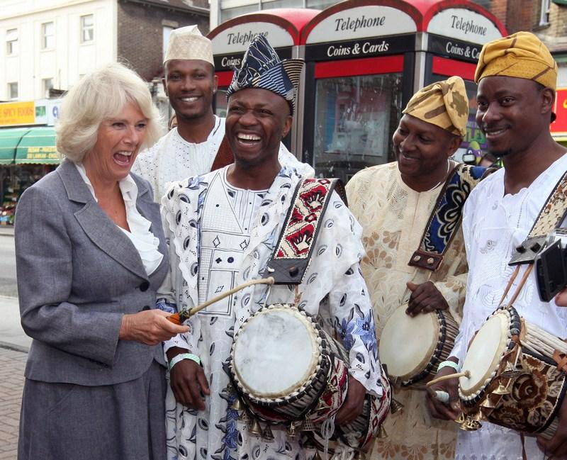 Лондон, Англия, 20 сентября. Камилла, герцогиня Корнуолльская, пробует играть на африканском барабане. Фото: Jon Bond — WPA Pool/Getty Images