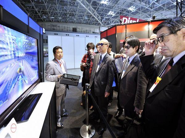 В Токио проходит международная выставка плоских телевизоров. Фото: YOSHIKAZU TSUNO/AFP/Getty Images