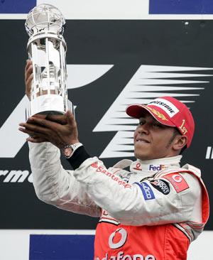 Пилот команды Макларен Льюис Гамильтон (Lewis Hamilton) празднует победу в гонке квалификации Гран-при США. Фото: JEFF HAYNES/AFP/Getty Images