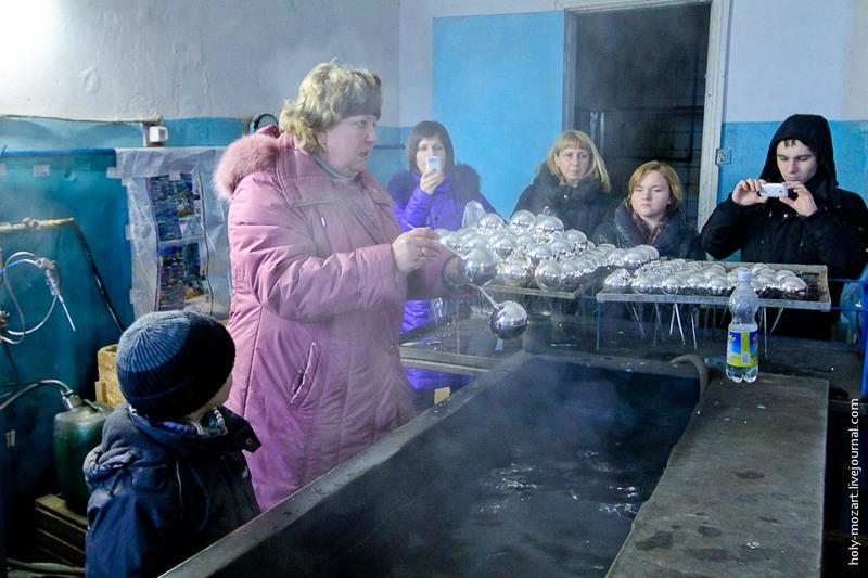 Сначала шары темнеют, а затем начинают сверкать серебром. Если шар некачественный, то он лопнет или же слой серебра покроют темные пятна. Фото: holy-mozart.livejournal.com
