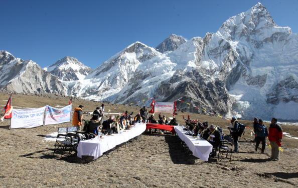 На одном из горных плато Эвереста непальское правительство, во главе с Премьер-министром Непала Мадав Кумар Непалом, провели 20 минутное заседание с целью привлечь внимание к проблеме глобального потепления. Калапаттар Платиу, Непал. Фото: PRAKASH MATH